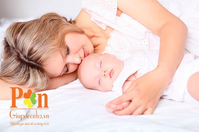 Dịch vụ giữ em bé huyện Hóc Môn tại nhà hoặc bệnh viện